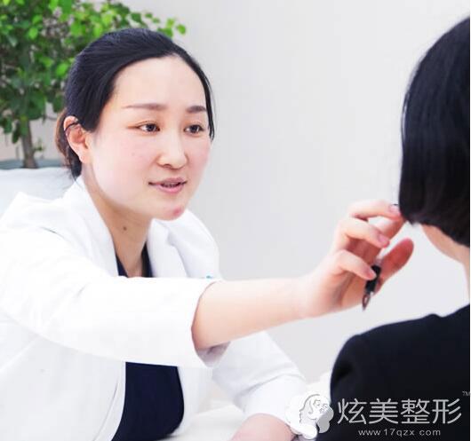 正在面诊的微整医生王妍芝
