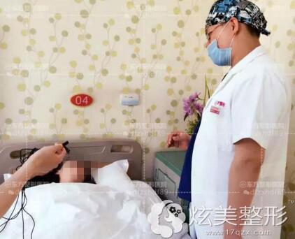 吴振专家查看隆胸患者情况郑州东方整形