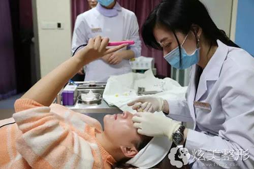 谷亦涵专家为我注射填充垫高眉骨