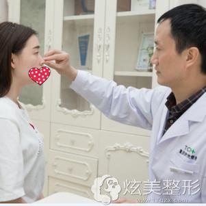 冯辉利院长为我面诊设计隆鼻方案