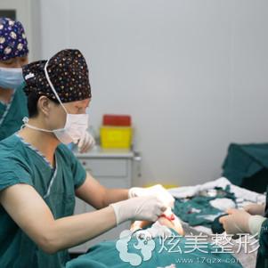 冯辉利院长正在为我做隆鼻手术中