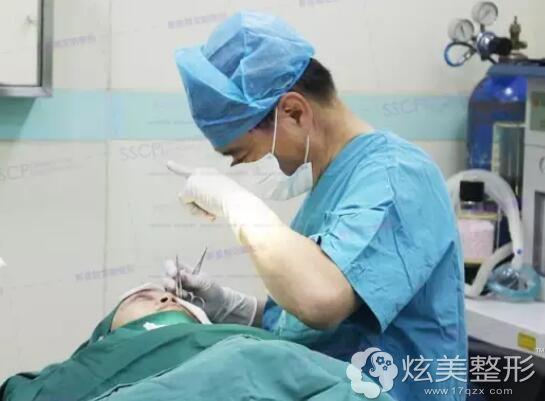 刘风卓医生修复埋线双眼皮手术过程中