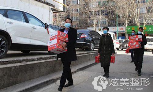 市领导将三门峡华美捐赠物资送到疫情防控一线人员手中