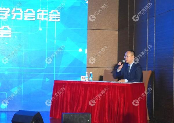 姚庆君教授在会议中担任点评医师