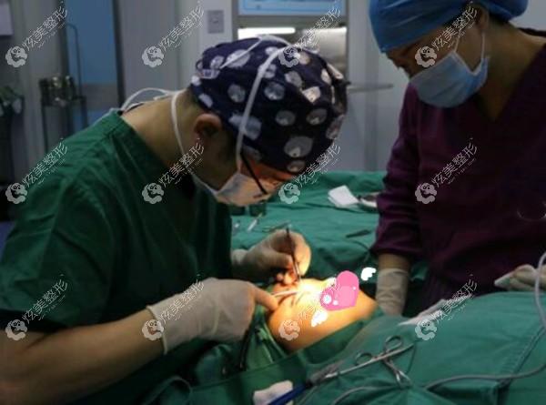 郑医生做双眼皮术中的精细操作